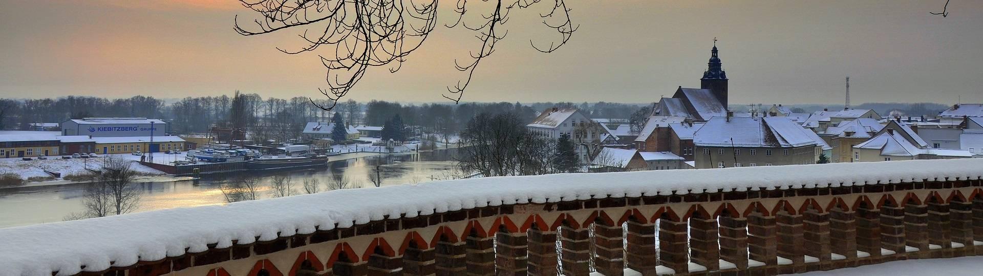 winterlicher blick auf die havel stadtkirche
