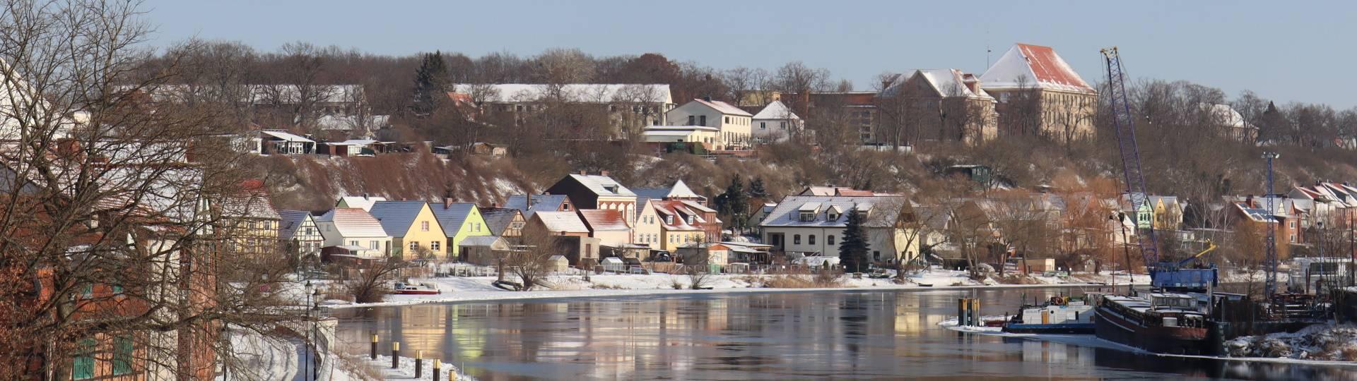 häuserzeile an der havel mit schiff bei werft winter ©Hansestadt Havelberg